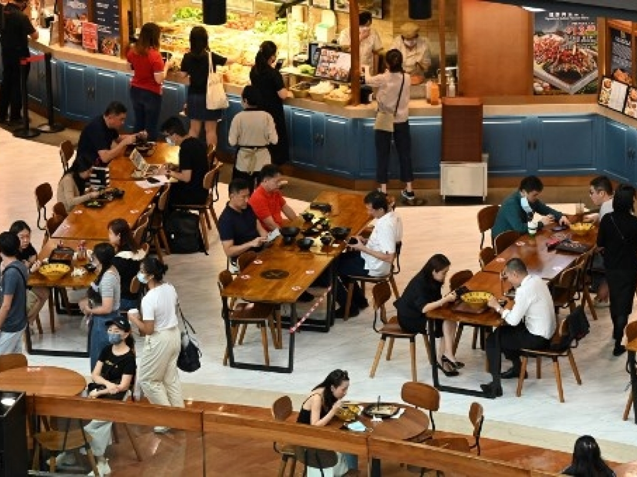 People pack a restaurant in Singapore ahead of a dine at a restaurant in Singapore, ahead of a ban of dine-ins on Sunday. Photo: AFP