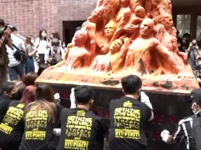 HKU students clean Pillar of Shame to mark June 4
