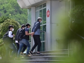 Police raid Apple Daily as editor, directors arrested