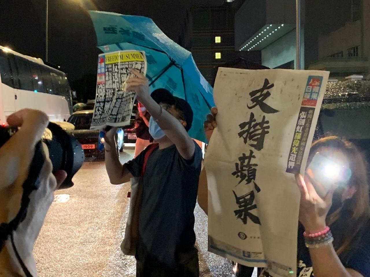 Apple Daily fans show their support on its final night in business. Photo: RTHK