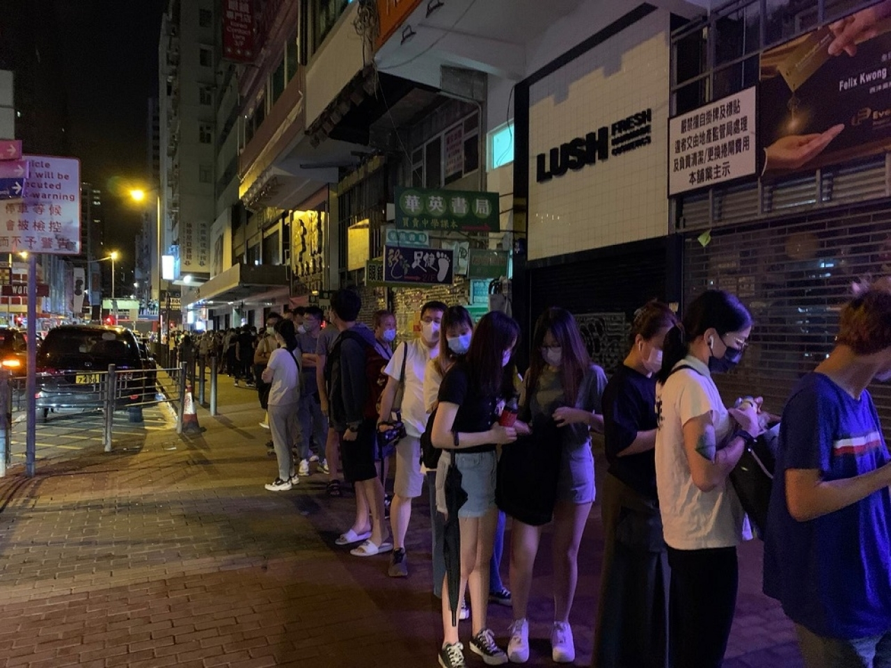 Hundreds of people lined up in Mong Kok to get a final edition of Apple Daily. Photo: RTHK