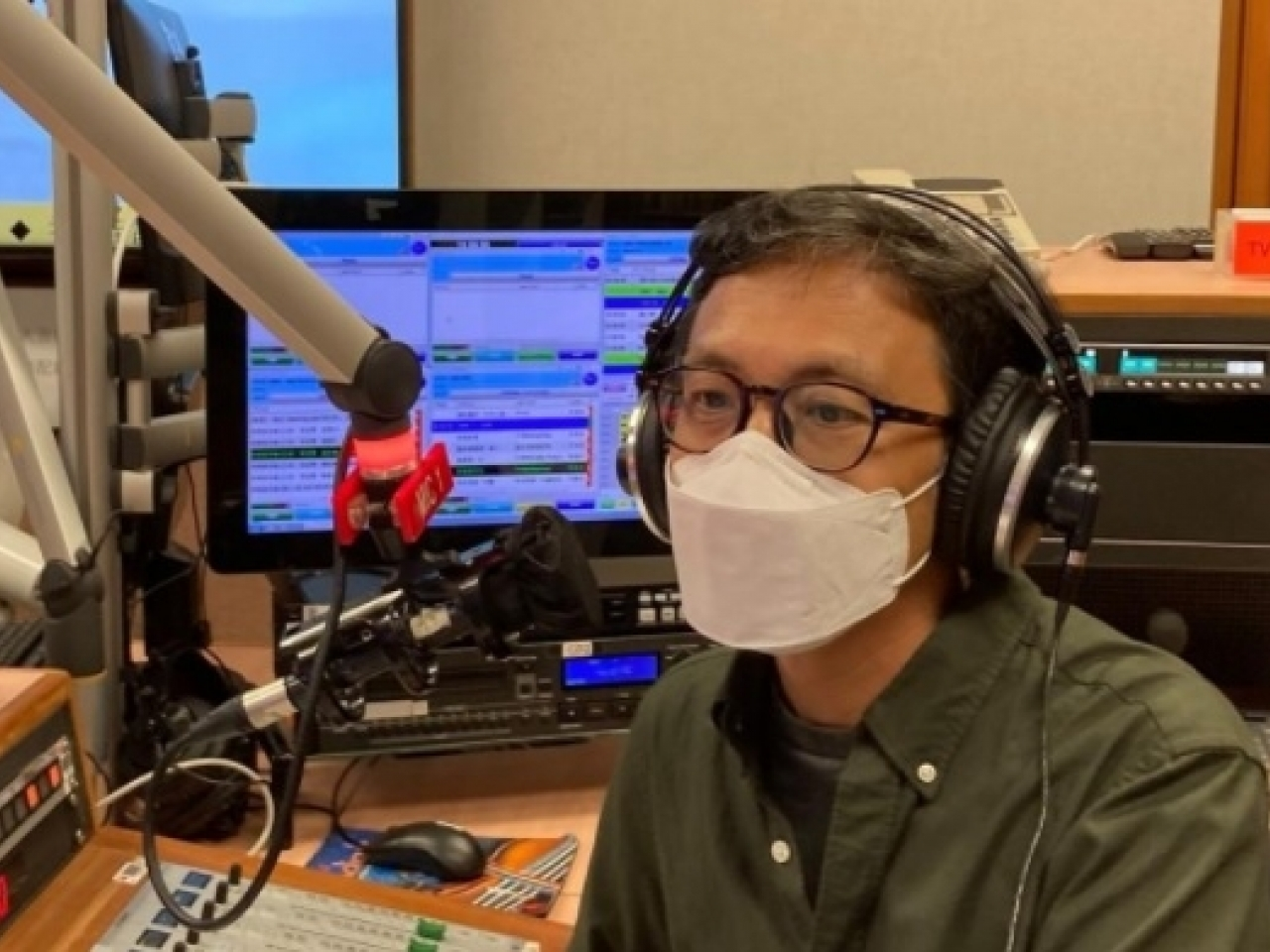 Allan Au bids farewell to his audience after co-hosting the current affairs radio programme for 11 years. Photo: RTHK