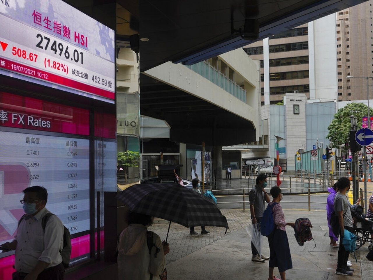 After a miserable Monday, Hong Kong stocks continued to slide in Tuesday morning trading. Photo: AP
