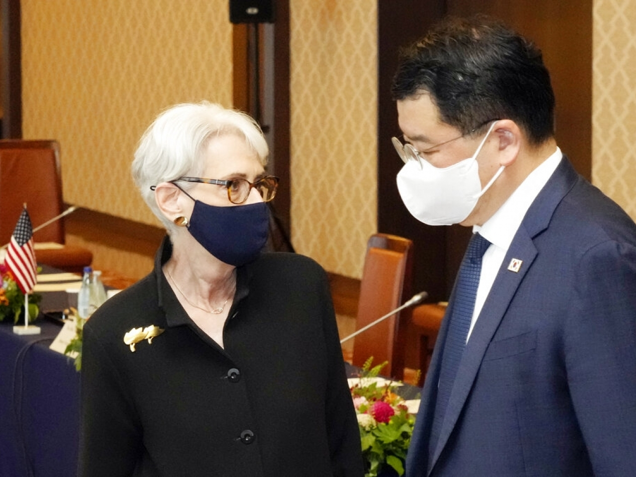 Wendy Sherman, left, met South Korean First Vice Foreign Minister Choi Jong Kun, right, as well as Japanese Vice Foreign Minister Takeo Mori in Tokyo on Wednesday. Photo: AP