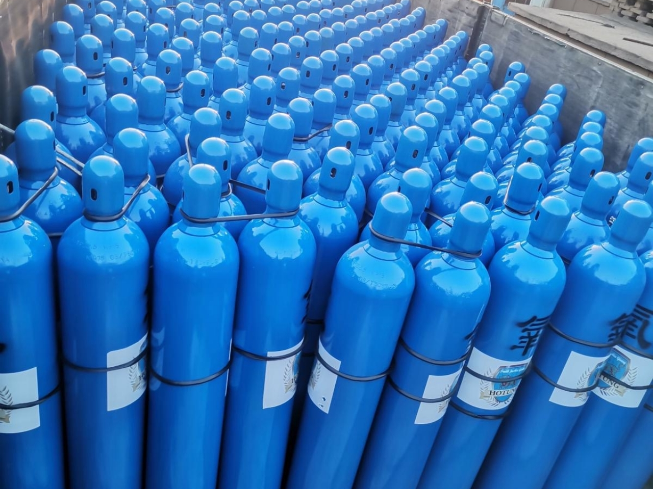 Oxygen cylinders are loaded on to a truck at Linyi in Shandong province, ahead of a 3,000km trip to the border with Nepal. Photo: Submitted