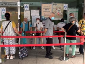 Elderly people arrive early to take advantage of the new walk-in vaccination scheme. Photo: RTHK