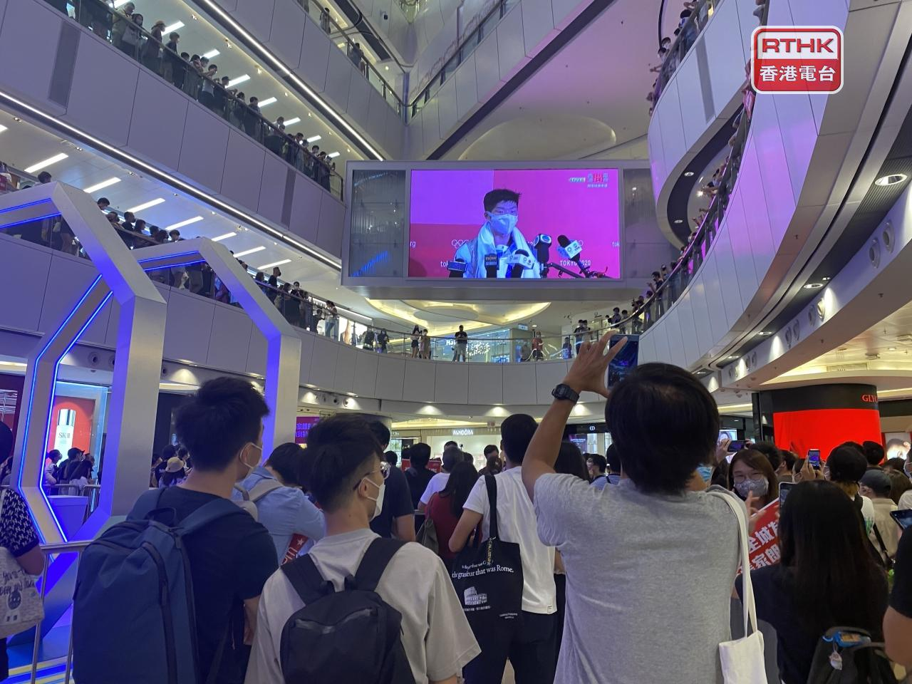 People watch an interview with Cheung Ka-long at the APM Mall after Monday's final. File photo: RTHK