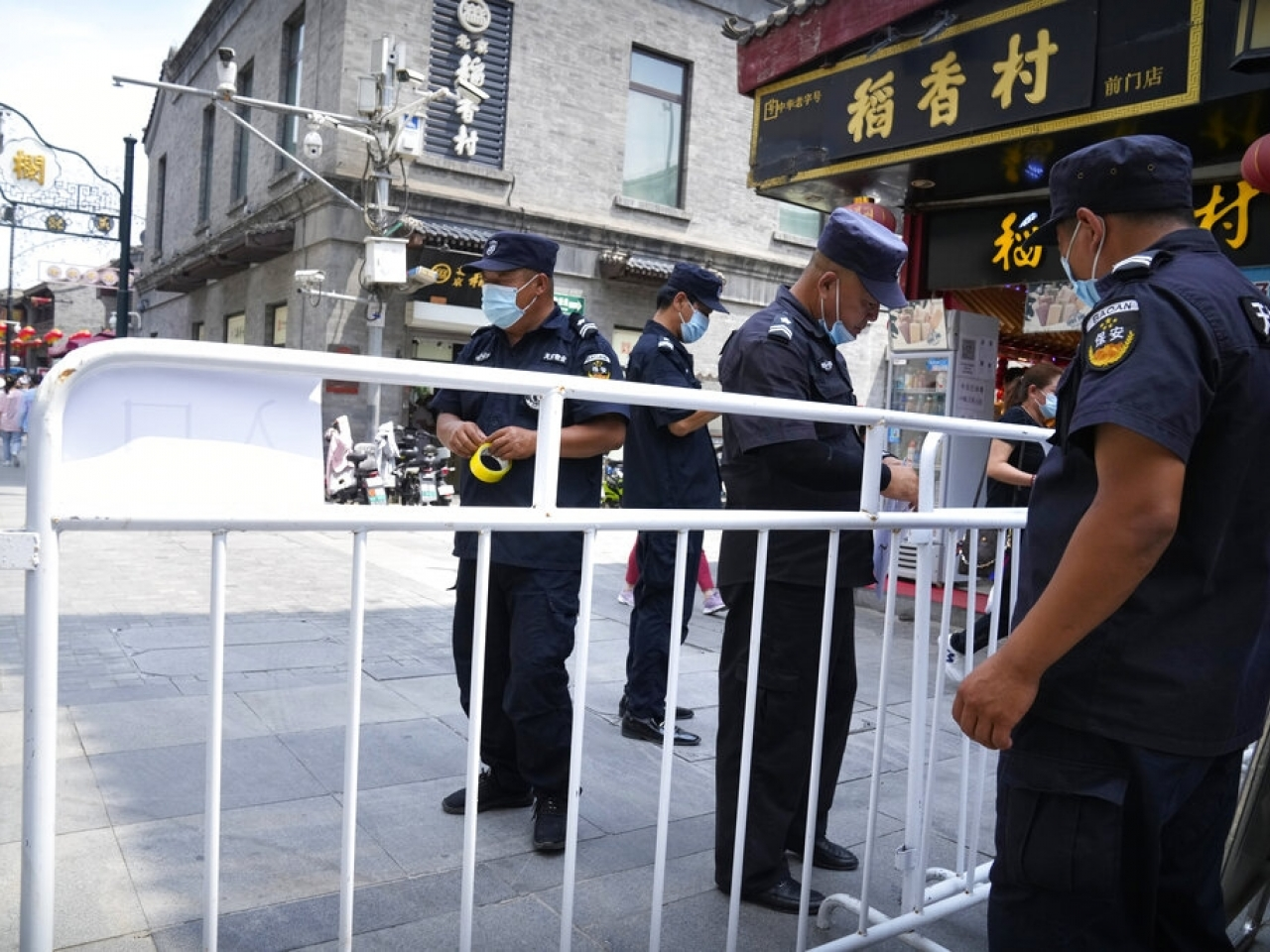 Security guards put up barriers for access control at a tourist shopping street in Beijing as the country steps up measures to prevent the spread of the virus. Photo: AP