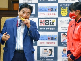 Japanese mayor sorry for biting Olympic gold medal