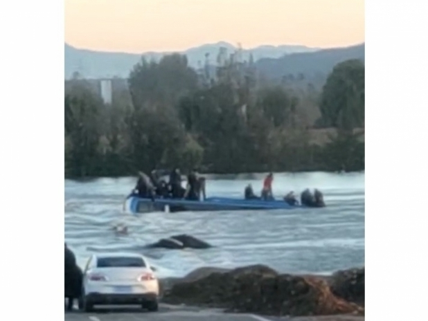 Bus falls into river in Hebei province